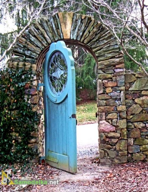фигурная калитка из старой двери