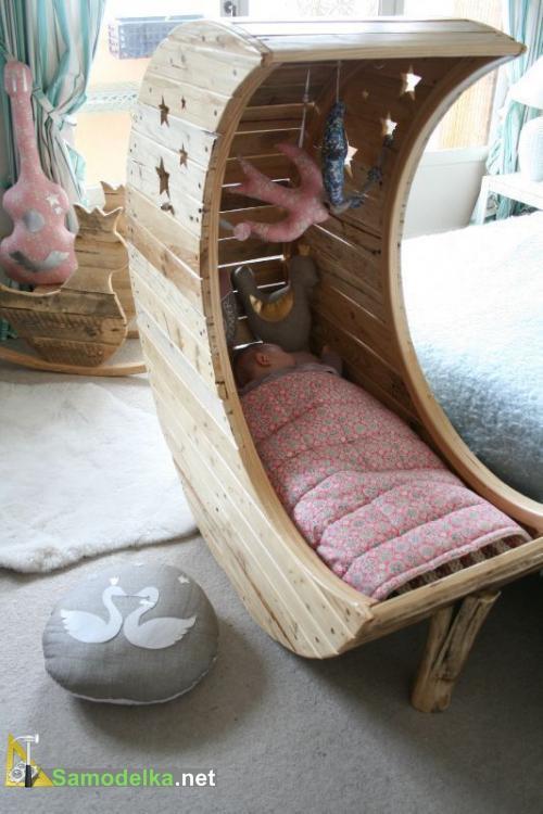 самодельная кроватка для ребенка в виде полумесяца