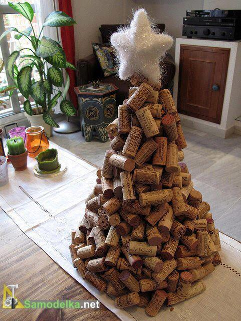 елка из винных пробок