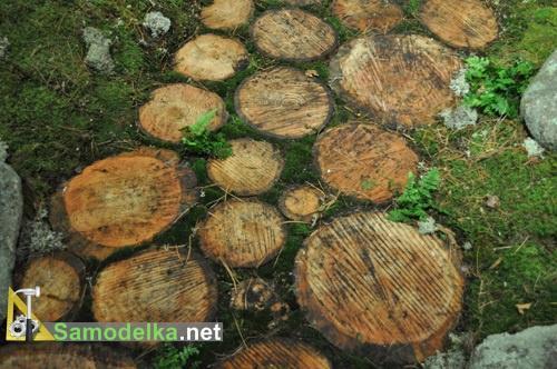 оформление садовых дорожек из спилов дерева