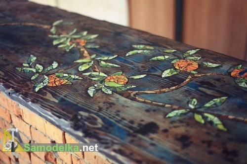 зелено оранжевая мозаика на темном дереве