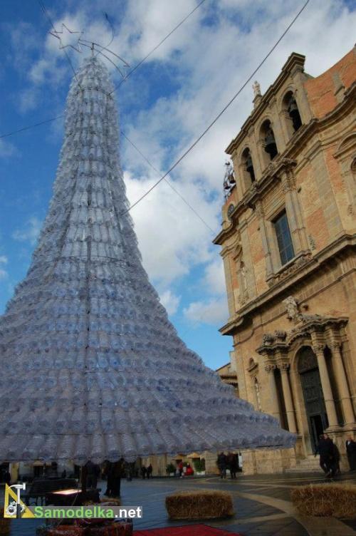 Рождественская елка из  пластиковых бутылок в Сицилии
