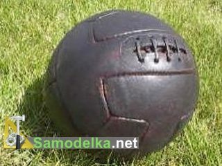 старый кожаный мячик на шнуровке
