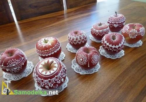 свежие яблоки в узорах из глазури