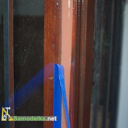 Снимаем защитную ленту с утепленного окна