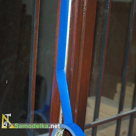 Клеим ленту вдоль щелей на окне