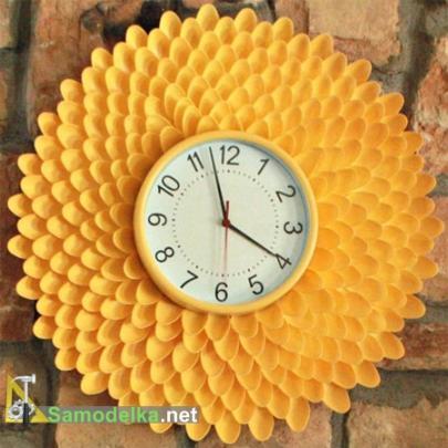 часы хрезантема из пластиковых ложек