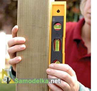 как сделать красивый деревянный забор проверяем вертикальность