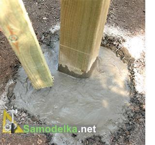 как сделать красивый деревянный забор цементируем столбы