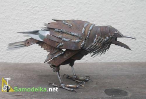 Ворона из ржавого железа