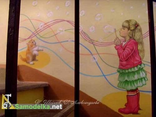 Соседская девочка играющая с котенком