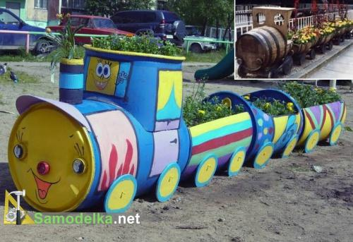 клумба паровозик из деревянных бочек