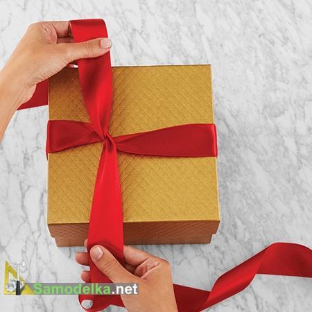 делаем перекрестие лент на подарке