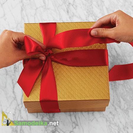 Вяжем бант на оформляемый подарок
