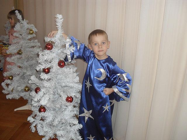 Сыну в самодельном костюме Звездочёта