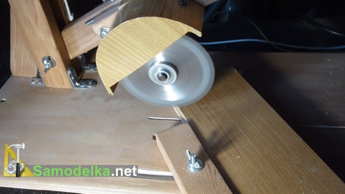 Маятниковая дисковая пила представляет собой электроинструмент для работы по дереву и металлу. Устройство обеспечивает быстрый и точный разрез заготовок.