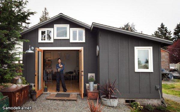 Самодельный домик, переделанный из обычного деревянного гаража.