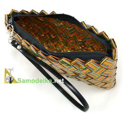 кошелек сделан из упаковочного полосатого материала с большим количеством золотого цвета