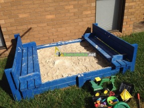 Песочница со встроенными скамьями