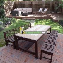 Стол для сада покрытый плиткой со скамьями