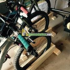 Велостоянка с подставками из дерева