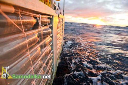 борт яхты из пластиковых бутылок