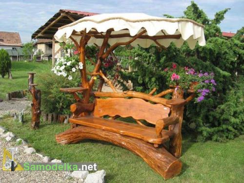 скамейка с крышей из бревна и сучков