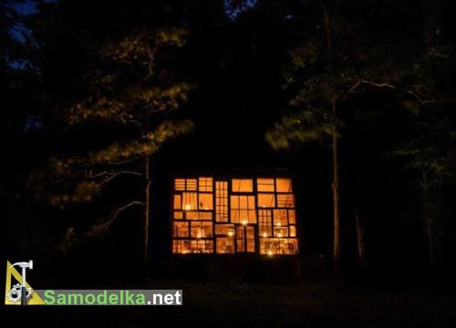 ночной вид на дом из оконных рам