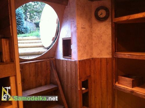 вход и лестница в самодельный дом хоббита