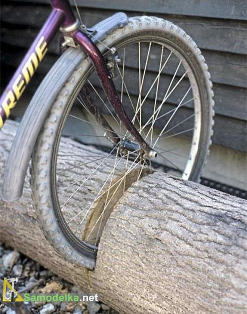 стоянка для велосипеда из бревна