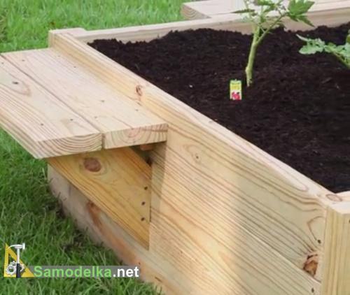 засыпаем грунт и сажаем растения в готовое ограждение для грядки
