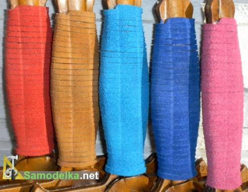 рукоятки игрушечных мечей из разноцветной кожи