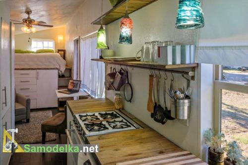 кухня и спальное место в самодельном доме на колесах из прицепа