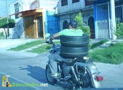 покрышки на водителе мотоцикла