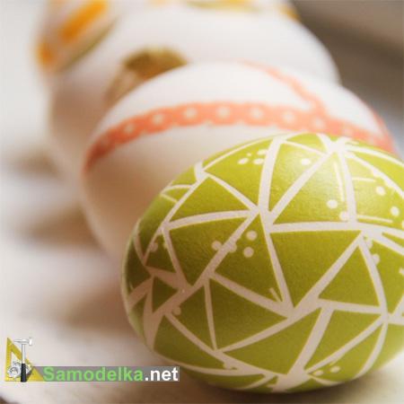 украшение пасхальных яиц своими руками - яйцо в оберточной бумаге и лентах