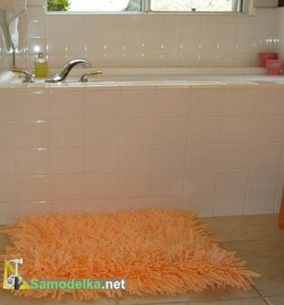 Самодельный плюшевый коврик для ванной