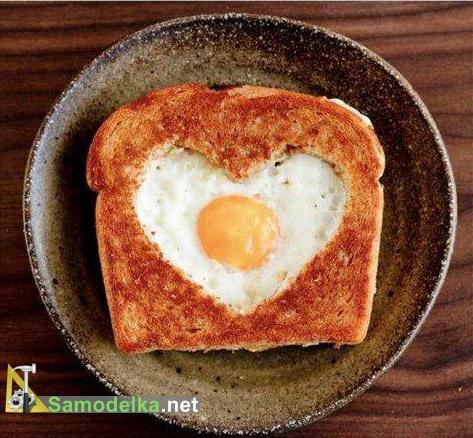 Валентинка из яичницы в хлебцах