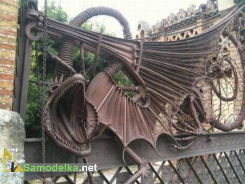 самодельный дракон на воротах