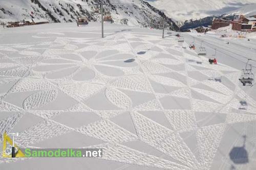 рисунки на снегу в промежутках между домиков и гор