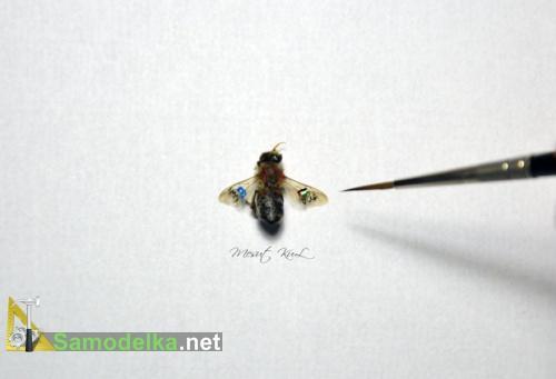 миниатюра на крыльях мухи