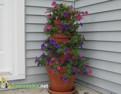 башня из цветов в горшках