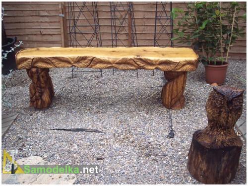 резная скамейка из дерева с растительным орнаментом