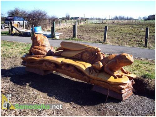 резная скамейка из дерева с лягушкой фото