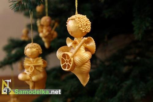 ангелы из макарон в золотом