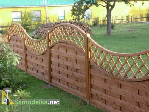деревянный забор с верхом плетенкой