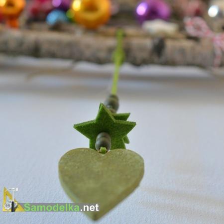 завершающий элемент настенной елки - подвеска с сердцем и звездами