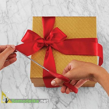 Заканчиваем оформление банта и подарка