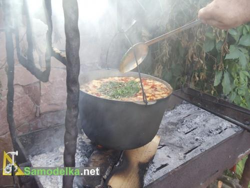 солим перчим и добавляем зелень в бограч
